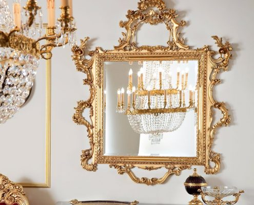 Specchio dalla cornice dorata
